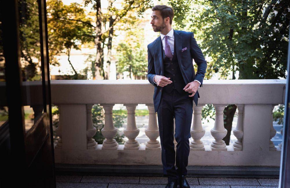 Stylischer Slim Fit Anzug im Wiener Stadtpark